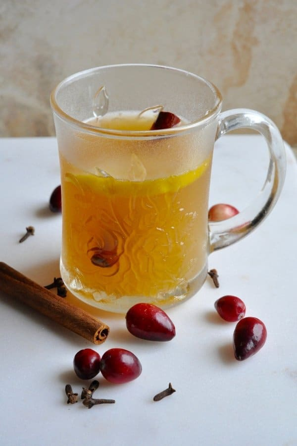 This wassail recipe is the BEST guilt-free holiday treat! Filled with seasonal fruits & mulled spices, this hot wassail is also sugar free & non-alcoholic. #wassail #healthyrecipe #holiday